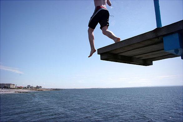 Chico saltando de trampolín