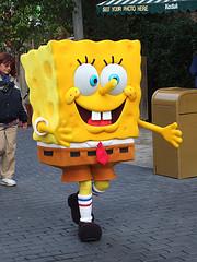 Bob Esponja paseando por la calle