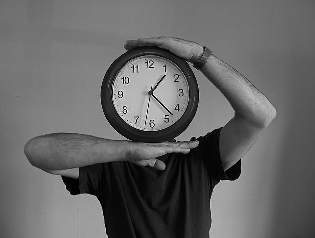 Hombre con cabeza de reloj.