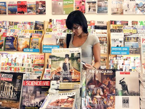 Chica leyendo revista