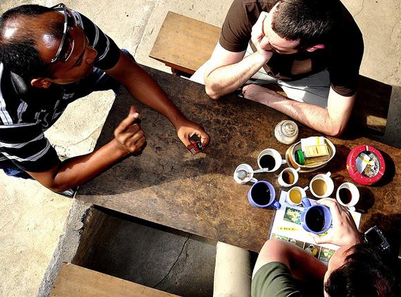Personas charlando y tomando café