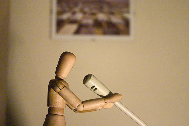 Muñeco de madera con micrófono