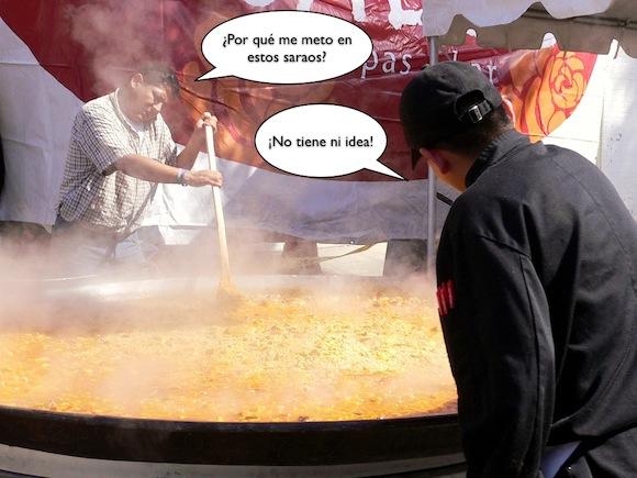 Hombre cocinando paella gigante