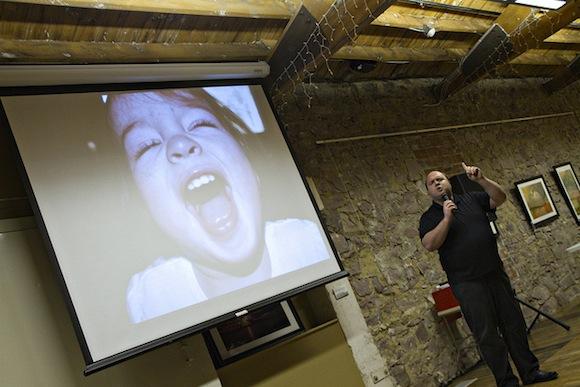 Ponente presentando con proyector