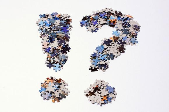 Signo de exclamación e interrogación hechos con piezas de puzle