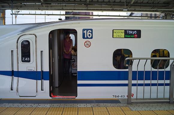 Tren shinkansen estacionado