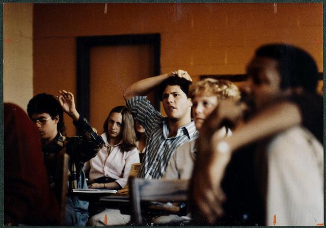 Estudiantes atentos en clase