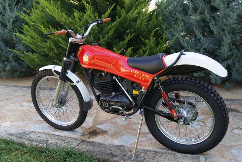 Moto roja de la marca Montesa