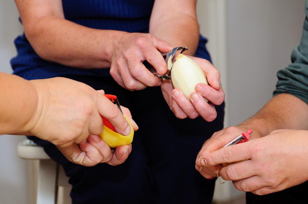 Personas pelando patatas