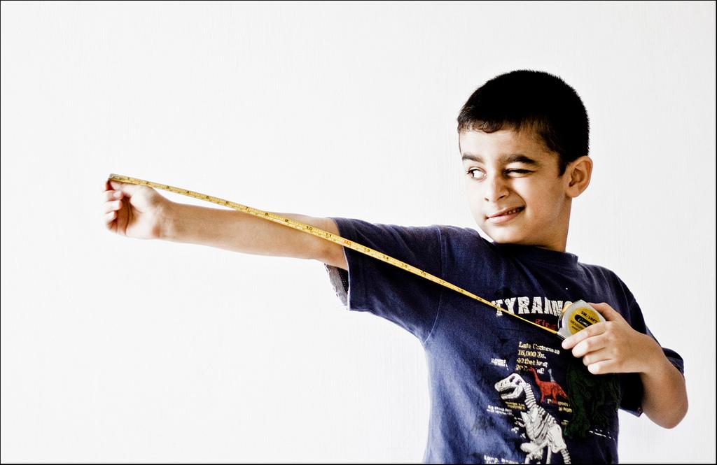 Niño con cinta métrica