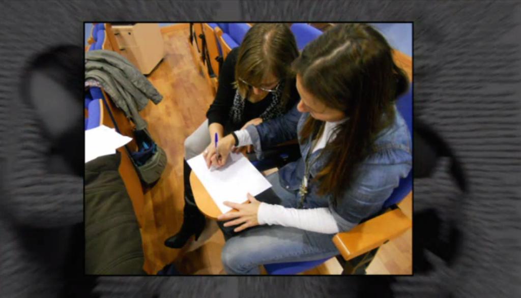 Dos chicas haciendo dinámica participativa