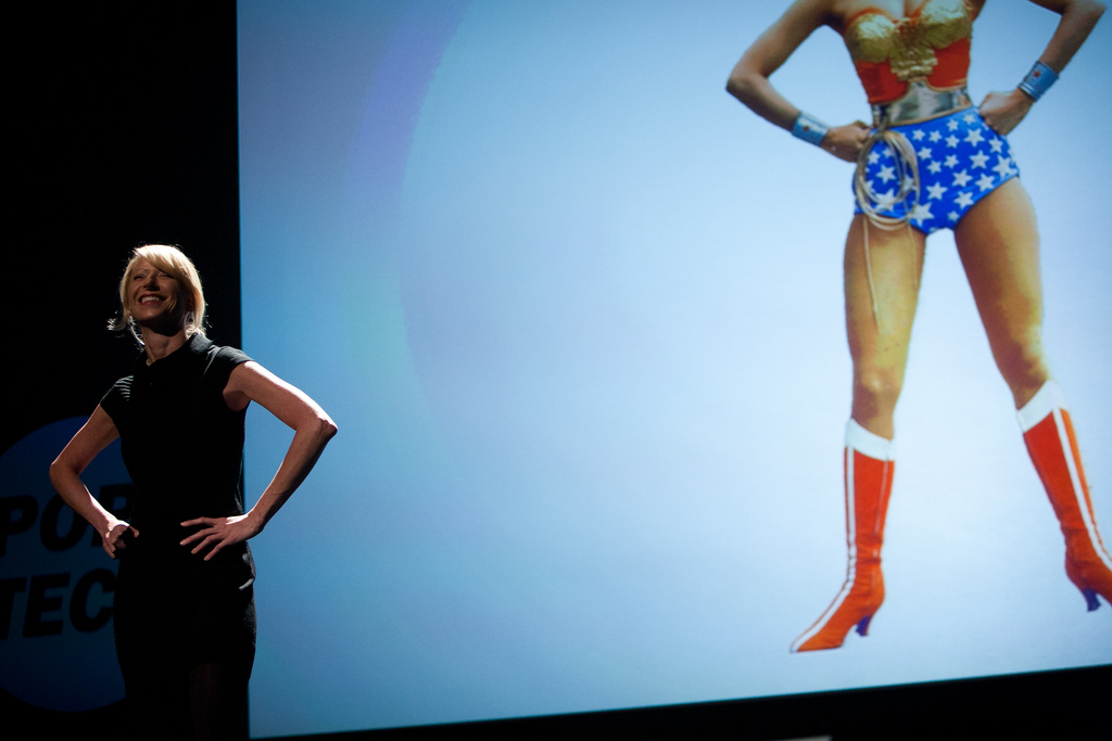 "Amy Cuddy con postura ""Wonder Woman"""