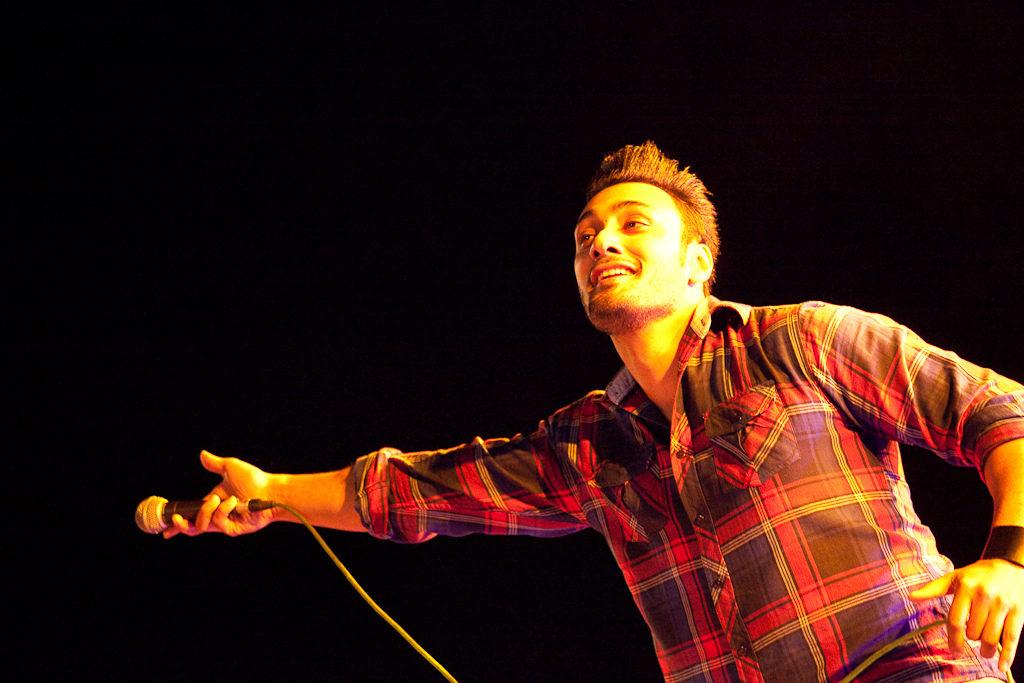 Cantante apuntando con el micro al público